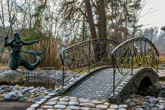 Παλαιά γέφυρα τούβλου και άγαλμα Poseidon Στοκ Εικόνα