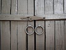 Παλαιά γκρίζα παραθυρόφυλλα με το υλικό 1 Στοκ Φωτογραφίες