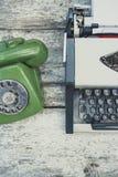Παλαιά γραφομηχανή και παλαιό πράσινο τηλέφωνο Στοκ φωτογραφίες με δικαίωμα ελεύθερης χρήσης