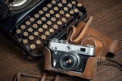 Παλαιά γραφομηχανή με το παλαιό φύλλο Στοκ φωτογραφίες με δικαίωμα ελεύθερης χρήσης