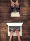Παλαιά γραφομηχανή με το lap-top, έννοια παλαιά και νέα Στοκ Εικόνα