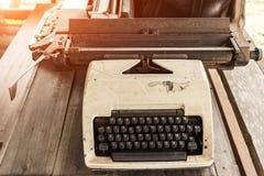 παλαιά γραφομηχανή  παλαιά γραφομηχανή στον ξύλινο πίνακα, αναδρομικό φίλτρο Στοκ εικόνα με δικαίωμα ελεύθερης χρήσης