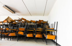 Παλαιά εγκαταλειμμένη καρέκλα στο σχολείο Στοκ εικόνα με δικαίωμα ελεύθερης χρήσης