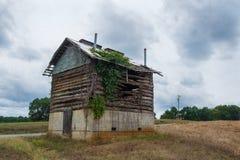 Παλαιά εγκαταλειμμένη σιταποθήκη καπνών κούτσουρων και λάσπης Στοκ φωτογραφία με δικαίωμα ελεύθερης χρήσης