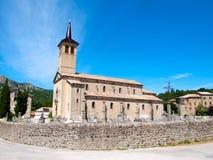 Παλαιά εκκλησία με ένα νεκροταφείο στη Γαλλία Στοκ Εικόνα