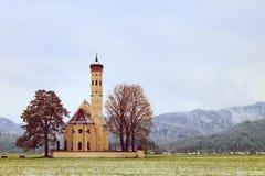 Παλαιά εκκλησία με τα υψηλά βουνά φυσητήρων πύργων και νεκροταφείων κουδουνιών Στοκ εικόνες με δικαίωμα ελεύθερης χρήσης