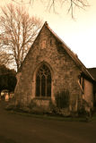Παλαιά εκκλησία στο γοτθικό νεκροταφείο Στοκ εικόνα με δικαίωμα ελεύθερης χρήσης