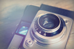 Παλαιά εκλεκτής ποιότητας αναδρομική κάμερα στο ξύλινο υπόβαθρο Στοκ Φωτογραφίες