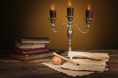 Παλαιά εκλεκτής ποιότητας βιβλία με τα κεριά στο κηροπήγιο Στοκ Εικόνα
