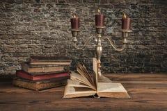 Παλαιά εκλεκτής ποιότητας βιβλία με τα κεριά Στοκ Εικόνες