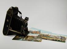 Παλαιά εκλεκτής ποιότητας κάμερα με τις παλαιές φωτογραφίες χρώματος Στοκ φωτογραφία με δικαίωμα ελεύθερης χρήσης