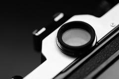 Παλαιά εκλεκτής ποιότητας κάμερα ταινιών με το χειρωνακτικό φακό εστίασης Στοκ Εικόνα