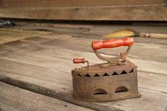 Παλαιά εκλεκτής ποιότητας κάλυψη σκουριάς σιδήρου στο ξύλινο υπόβαθρο Από την Ταϊλάνδη Στοκ φωτογραφία με δικαίωμα ελεύθερης χρήσης