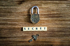 Παλαιά εκλεκτής ποιότητας λουκέτο και κλειδί με το μυστικό σημάδι Στοκ Εικόνα