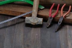 Παλαιά εργαλεία ξυλουργών στο ξύλινο υπόβαθρο Στοκ εικόνα με δικαίωμα ελεύθερης χρήσης