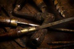Παλαιά εργαλεία που διασκορπίζονται σε έναν πάγκο Στοκ Φωτογραφία