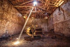 Παλαιά εργαλεία στην παλαιά αγροτική σιταποθήκη Στοκ Φωτογραφία