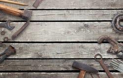 Παλαιά εργαλεία στον ξύλινο πίνακα με ελεύθερου χώρου για το κείμενο Στοκ Φωτογραφίες