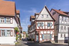 Παλαιά εφοδιασμένα με ξύλα μεσαιωνικά σπίτια σε Butzbach, Γερμανία κάτω από το μπλε SK στοκ εικόνα με δικαίωμα ελεύθερης χρήσης