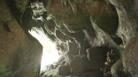 Παλαιά ελαφριά έξοδος φωτογραφιών ατόμων των τεχνητών σπηλιών στο πάρκο απόθεμα βίντεο