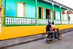 Παλαιά ζωηρόχρωμα σπίτια σε Baracoa, Κούβα στοκ φωτογραφίες