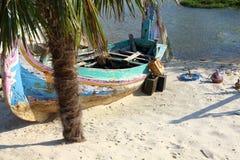 Παλαιά ζωηρόχρωμη ξύλινη βάρκα Στοκ φωτογραφία με δικαίωμα ελεύθερης χρήσης