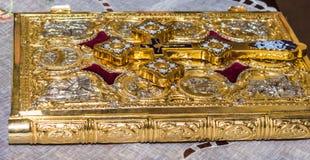 Παλαιά ιερή Βίβλος με τις χρυσές καλύψεις Στοκ φωτογραφία με δικαίωμα ελεύθερης χρήσης
