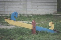 Παλαιά λικνίζοντας ταλάντευση φιαγμένη από ξύλο Στοκ φωτογραφία με δικαίωμα ελεύθερης χρήσης