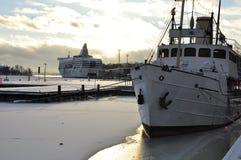 Παλαιά λιμάνι και σκάφη του Ελσίνκι το χειμώνα Στοκ Εικόνα