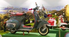Παλαιά ιταλική μοτοσικλέτα Vespa μόδας με το ύφος νεαρών δικυκλιστών Στοκ Φωτογραφία