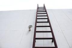 Παλαιά κάθετη βιομηχανική σκουριά μετάλλων σκαλοπατιών Στοκ φωτογραφία με δικαίωμα ελεύθερης χρήσης