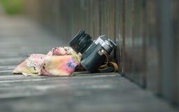 παλαιά κάμερα και ένα χαρτομάνδηλο που ξεχνιέται στον ξύλινο πάγκο Στοκ φωτογραφία με δικαίωμα ελεύθερης χρήσης