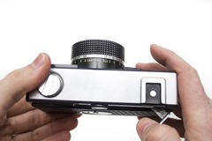 Παλαιά κάμερα ταινιών στα χέρια Στοκ Φωτογραφίες