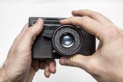 Παλαιά κάμερα ταινιών στα χέρια Στοκ Φωτογραφία