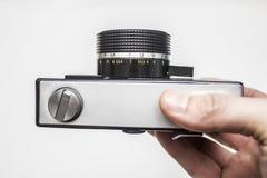 Παλαιά κάμερα ταινιών στα χέρια στοκ φωτογραφίες με δικαίωμα ελεύθερης χρήσης