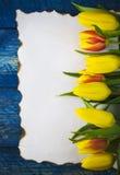 Παλαιά κάρτα εγγράφου λουλουδιών τουλιπών άνοιξη ανασκόπησης κενή κενή ξύλινη Στοκ φωτογραφία με δικαίωμα ελεύθερης χρήσης