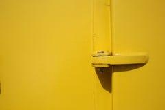 Παλαιά κίτρινη πόρτα σκαφών και στενός επάνω μπουλονιών ως υπόβαθρο στοκ φωτογραφία με δικαίωμα ελεύθερης χρήσης