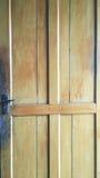 Παλαιά κίτρινη πόρτα Στοκ εικόνες με δικαίωμα ελεύθερης χρήσης