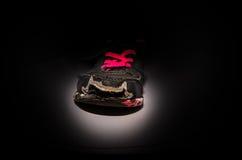 Παλαιά και βρώμικα γκρίζα πάνινα παπούτσια κοριτσιών ` s στοκ φωτογραφία με δικαίωμα ελεύθερης χρήσης