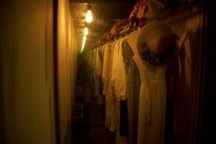 Παλαιά καπέλα και φορέματα Spook στην προσιτότητα σπιτιών «οπτική παραίσθηση στο Horizon†Στοκ Εικόνες