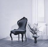 Παλαιά καρέκλα με τη ρύθμιση λουλουδιών Στοκ φωτογραφία με δικαίωμα ελεύθερης χρήσης