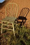 Παλαιά καρέκλα Windsor και it& x27 σκιά του s Στοκ Εικόνες