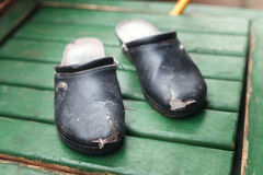 Παλαιά καταπονημένα παπούτσια με τις τρύπες Στοκ Φωτογραφίες
