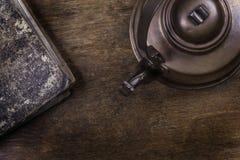 Παλαιά κατσαρόλα σε μια ξύλινη επιφάνεια grunge Στοκ φωτογραφία με δικαίωμα ελεύθερης χρήσης