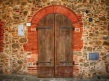 Παλαιά καφετιά ξύλινη πόρτα στο αρχαίο σπίτι, Ιταλία Στοκ Εικόνες