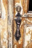 Παλαιά καφετιά πελεκημένη ξύλινη πόρτα Στοκ εικόνα με δικαίωμα ελεύθερης χρήσης