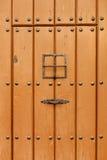 Παλαιά καφετιά πόρτα με τα καρφιά σιδήρου Στοκ εικόνες με δικαίωμα ελεύθερης χρήσης