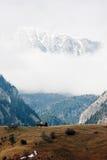 Παλαιά καλύβα και ρουμανικά Καρπάθια βουνά Στοκ Φωτογραφία