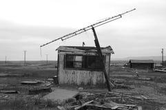 Παλαιά καλύβα με την κεραία Στοκ φωτογραφία με δικαίωμα ελεύθερης χρήσης