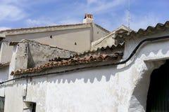 Παλαιά κεραμωμένη στέγη, παλαιός τοίχος πετρών με τις παλαιές συστάσεις, σε ένα χωριό ι Στοκ φωτογραφίες με δικαίωμα ελεύθερης χρήσης